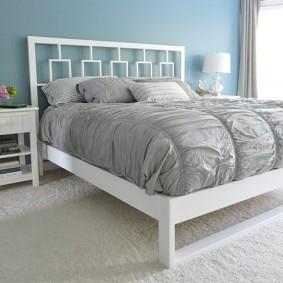 Удобная кровать на белом каркасе