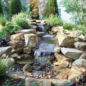 Каменистый ручей на склоне участка