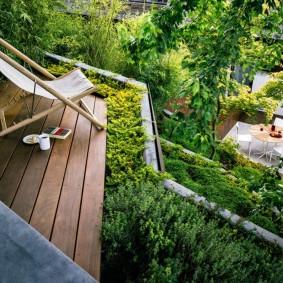 Место для отдыха с деревянной площадкой