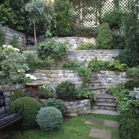 Каменные стенки на крутом склоне