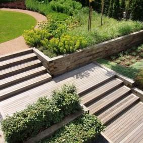 Садовые лестницы из термодерева на склоне участка