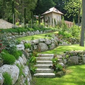 Подпорные стенки из каменных валунов