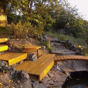 Деревянный мостик без перил через ручей