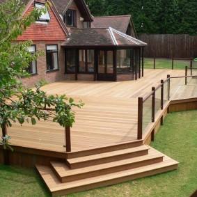 Просторная площадка с деревянным полом