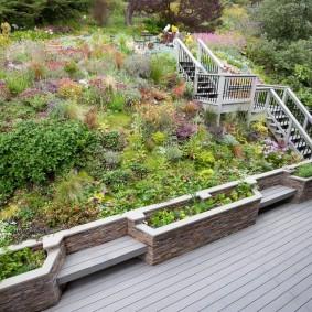Деревянная лестница с перилами на склоне участка