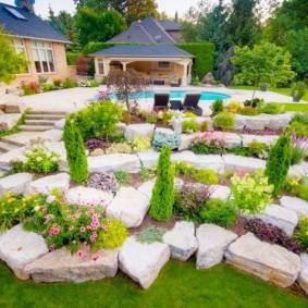 Каменистый сад с беседкой для отдыха