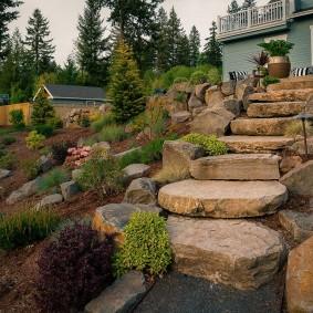 Огромные камни на склоне за жилым домом