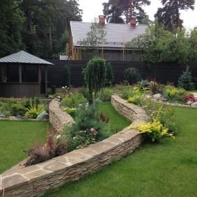 Восьмиугольная беседка в укромном уголке сада