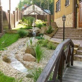 Облицовка цоколя дома природным камнем