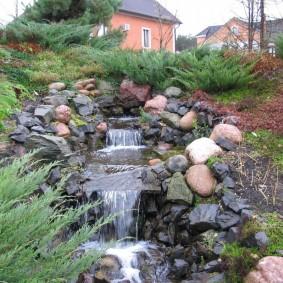 Искусственный ручей с водопадом на даче