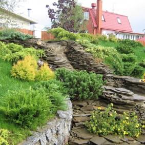 Садовый ручей из плоского камня