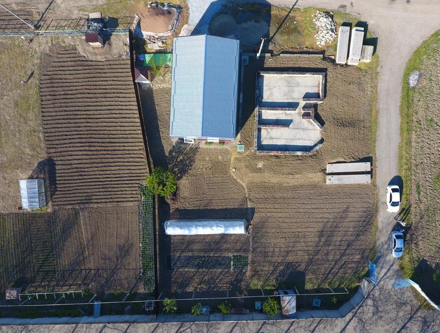 Вид сверху на загородный участок с огородом и домом