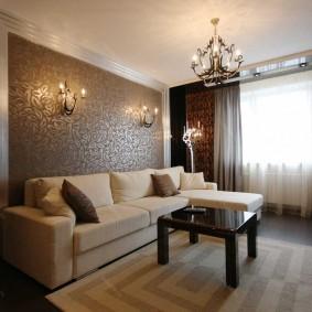 Светлый диван в зале с темными шторами