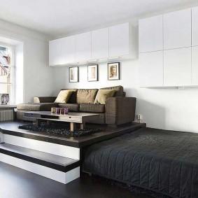 Гостиная зона на подиуме в комнате