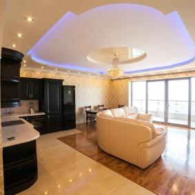 Двухуровневый потолок в просторной гостиной