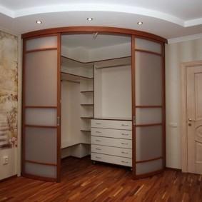 Радиусный угловой шкаф в качестве гардероба