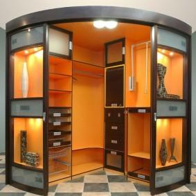 Освещение внутри угловой гардеробной с купейными дверями