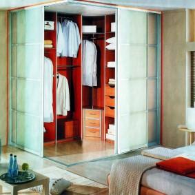 Прямоугольный гардероб в углу комнаты