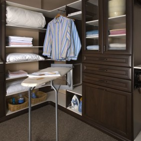 Откидная гладильная доска в угловом гардеробе