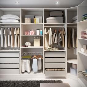 Открытые полки с вещами в спальне