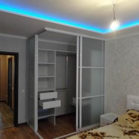 Неоновая подсветка на потолке спальни