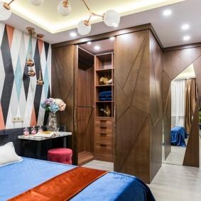 Геометрический орнамент на обоях в спальне