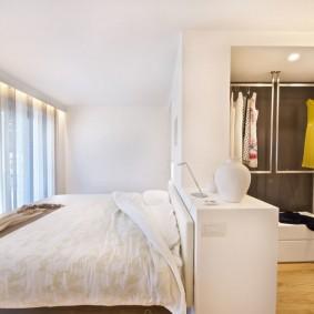 Широкая кровать в светлой спальне