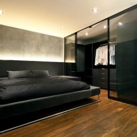 Стеклянные двери на гардеробной в мужской спальне