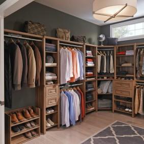 Серые стены в гардеробной комнате