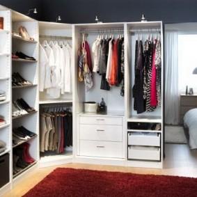 Каркасная мебель в гардеробной комнате