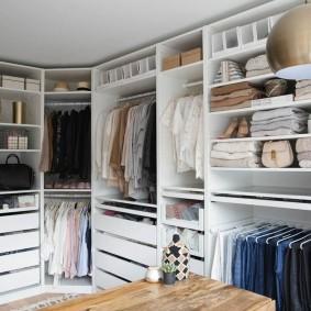 Хранение вещей и одежды в гардеробной комнате