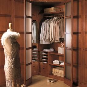 Угловая гардеробная с распашными дверями
