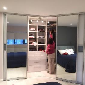 Зеркала на купейных дверях углового гардероба