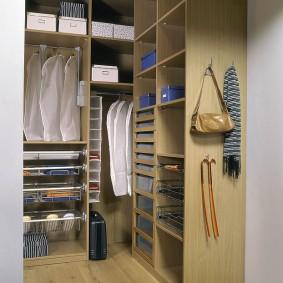Женская гардеробная с корпусной мебелью