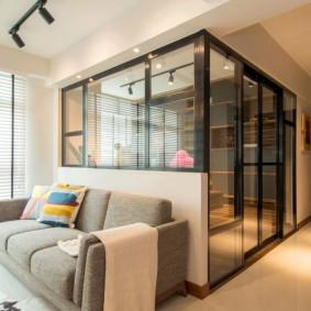 Стеклянная перегородка в интерьере угловой квартиры