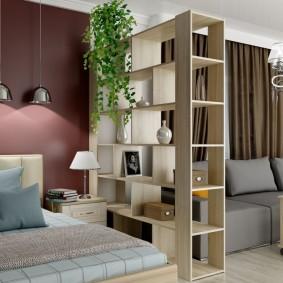 Спальное место за стеллажом в квартире