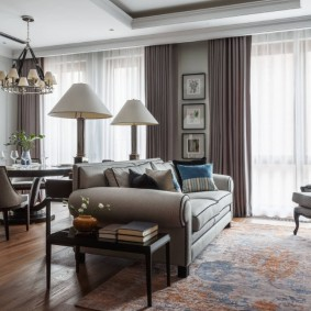 Серый диван посередине гостиной комнаты