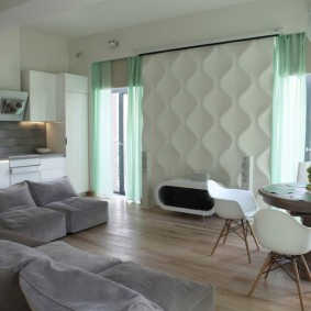 3D-панели на стене между окнами