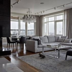 Светлая гостиная в трехкомнатной квартире