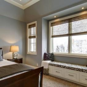 Спальная комната с двумя окнами