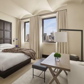 Светлая спальня с узкими окнами