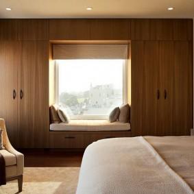 Встроенные шкафы вокруг окна в спальне