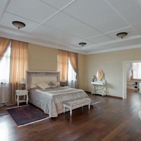Ламинированный пол в просторной спальне