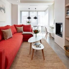Красный диван в белой комнате