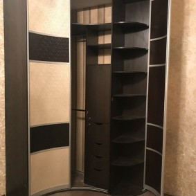 Радиусный шкаф с распашными дверями