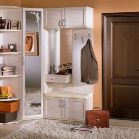 Светлая мебель около входной двери
