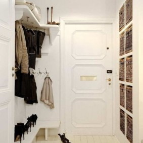 Белые стены небольшого коридора