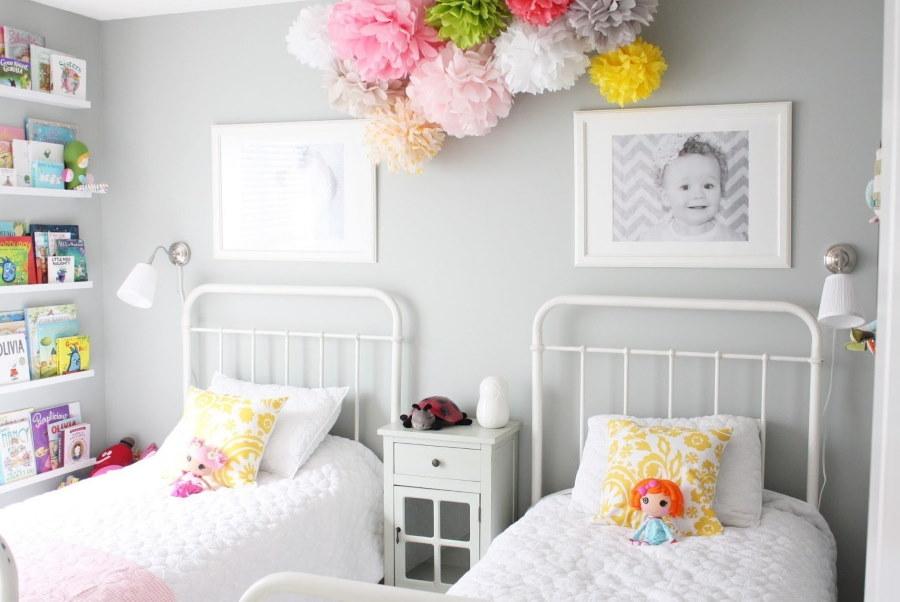 Фото малыша над детской кроватью