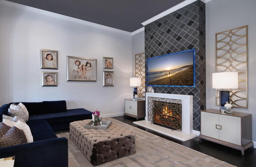 Любимые фото на стене гостиного помещения