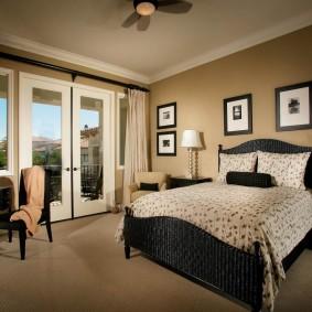 Спальная комната с фото на стене